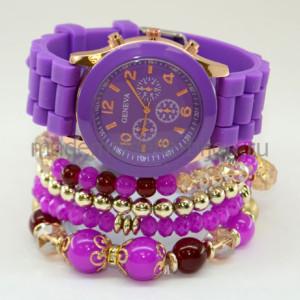 Набор часы с браслетами UltraViolet - это часы Geneva на силиконовом ремешке яркого фиолетового цвета стандартного размера дополненные набором из браслетов цвета фуксия и золота.