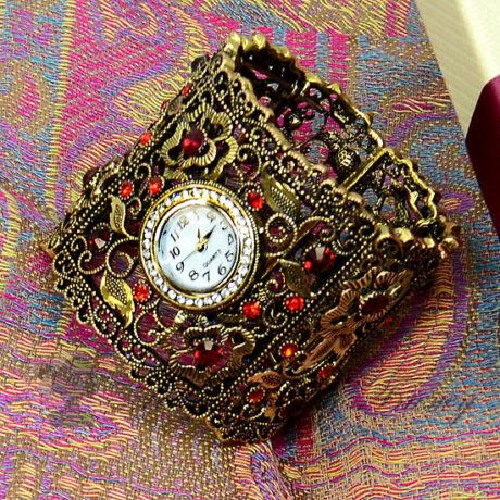 Часы на широком браслете