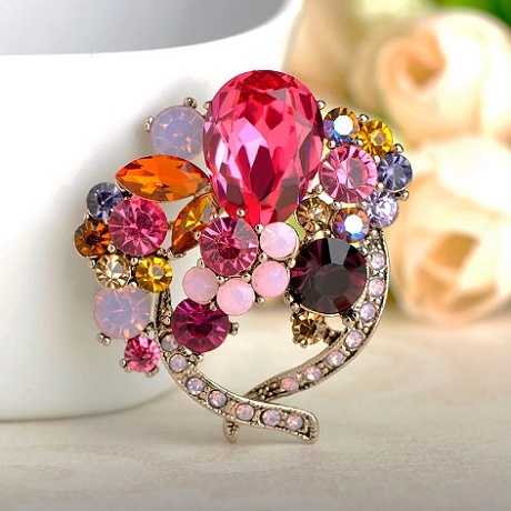 Брошь с камнями красными и розовыми